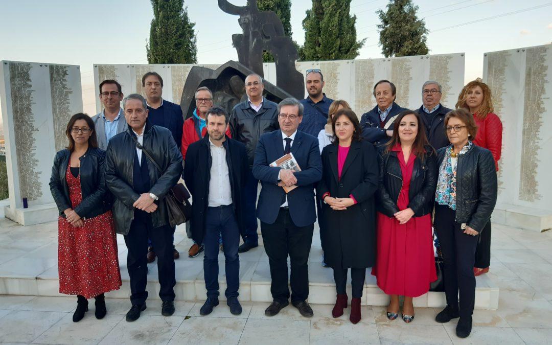 """El secretario de Estado de Memoria Democrática conoce la """"fosa común 702"""" del Cementerio de San Eufrasio en Jaén"""