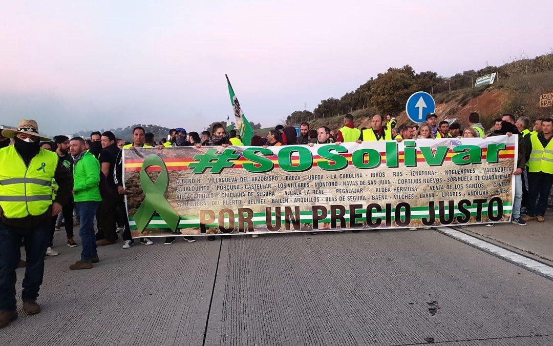 Olivareros cortan por sorpresa la autovía A-4 en La Carolina