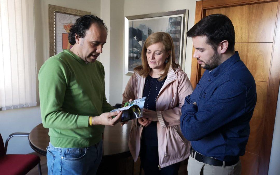 Pilar Lara repasa con el alcalde torrecampeño algunas de las propuestas de la Diputación para los jóvenes