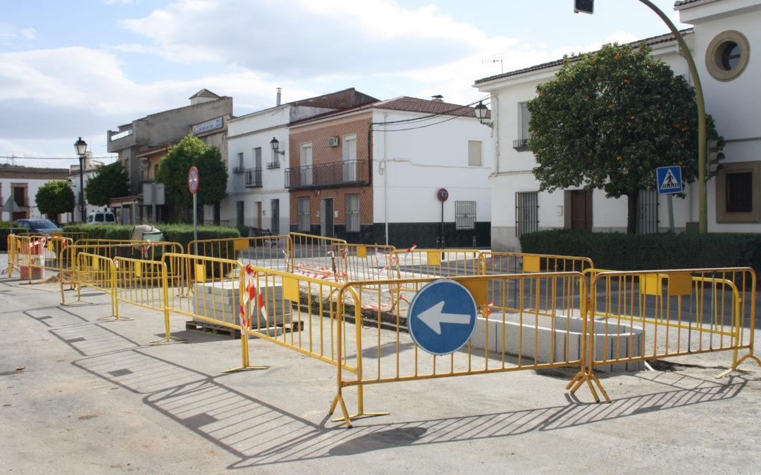 El Ayuntamiento instala jardineras de hormigón en la carretera de Andújar