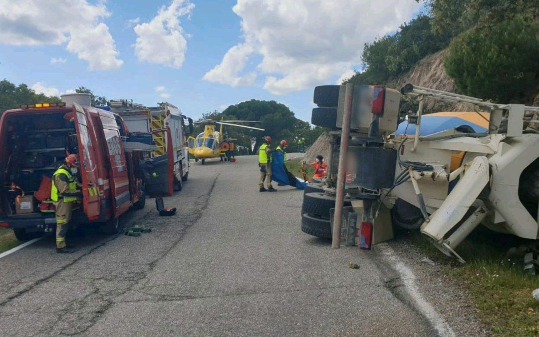 Una persona herida al volcar su camión-hormigonera en la carretera del Santuario