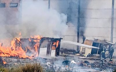 Los bomberos sofocan un incendio en un poblado chabolista abandonado en el Polígono Industrial Los Rosales