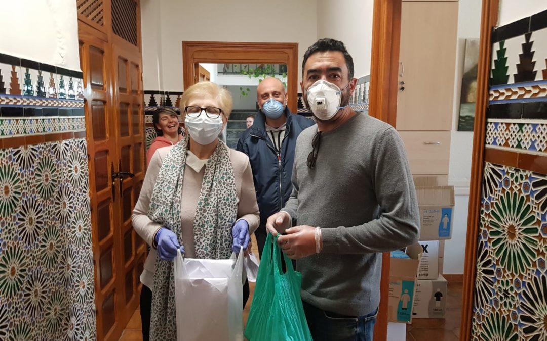Representantes del PCE e IU en Torredonjimeno entregan mascarillas al ayuntamiento