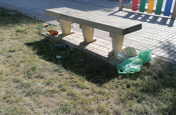 Vecinos denuncian la falta de civismo con la basura en la desescalada