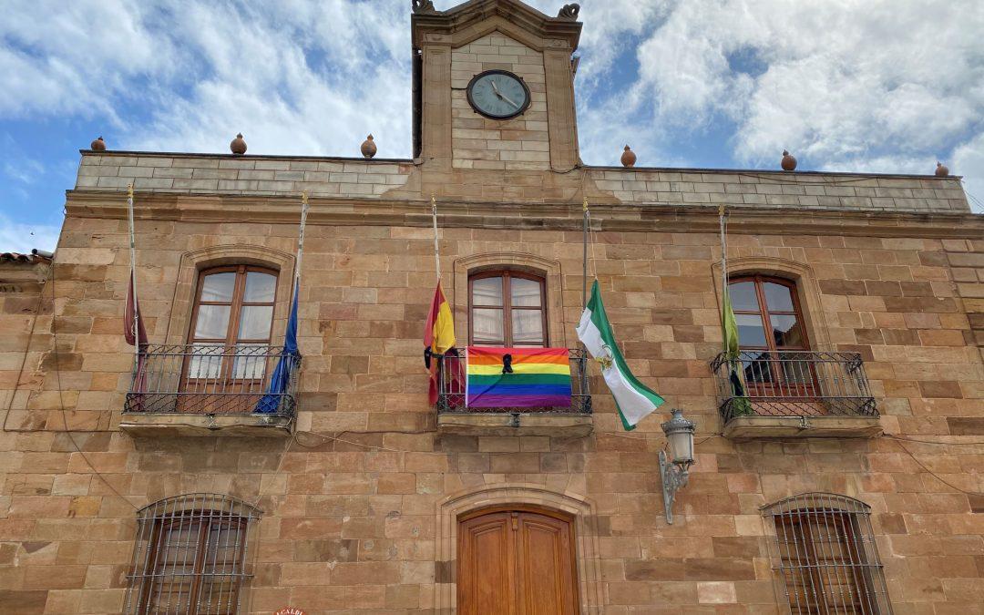 Concurso de 'Diseño de camisetas contra la lgtbifobia' y la bandera arcoíris en el Ayuntamiento