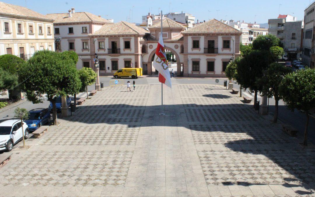 La bandera de Andújar ondea a media asta en la Plaza de España con motivo del Día de la ciudad