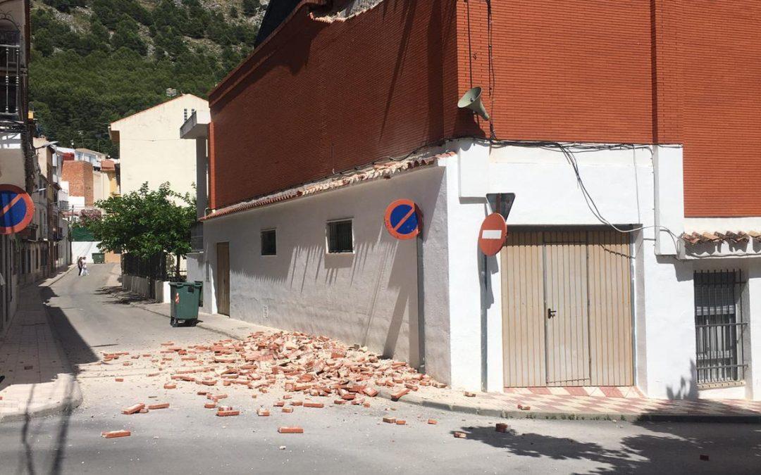 [Vídeo en el Interior] Desprendimientos sin heridos en la fachada del auditorio de Jamilena