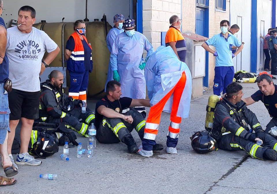 Siete naves afectadas en el incendio del polígono que Bomberos de Andújar ya da por extinguido