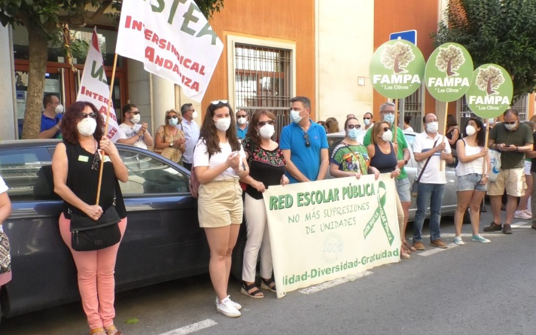 """Manifestación ante Educación por los""""recortes en centros públicos"""""""
