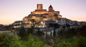 Vuelo de rapaces y música a la luz de las velas en el castillo de Alcaudete