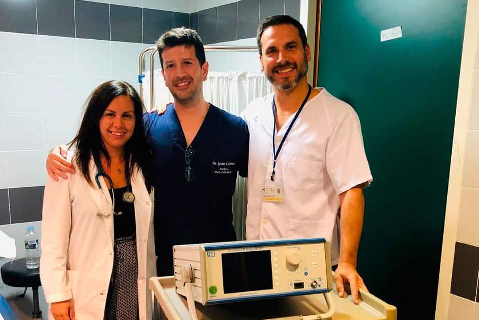 El médico linarense Javier Cotrina, pionero en aplicar técnicas contra el dolor en su clínica en Mérida