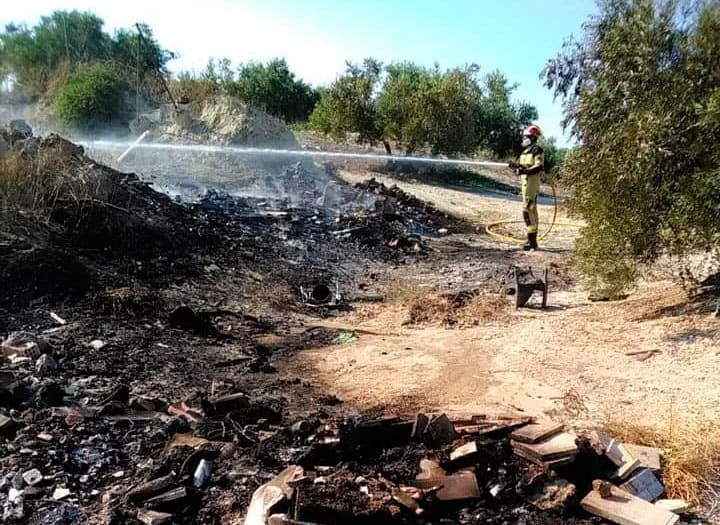 Incendio en una escombrera ilegal en la carretera de Villardompardo