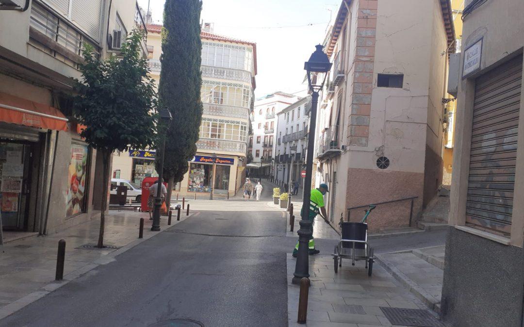 Trabajos de baldeo a presión y limpieza de las calles de la ciudad