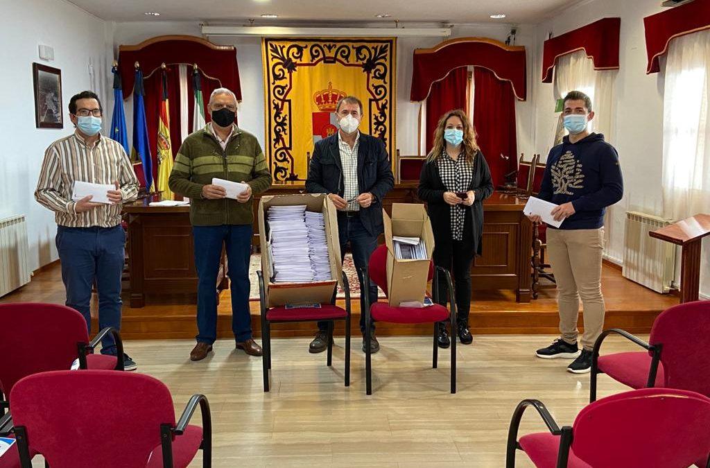 El Ayuntamiento entrega un lote de mascarillas a cada alumno