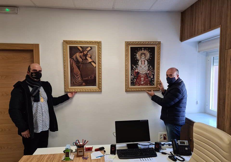 Dos cuadros de los patrones de Jamilena adornan el despacho de alcaldía