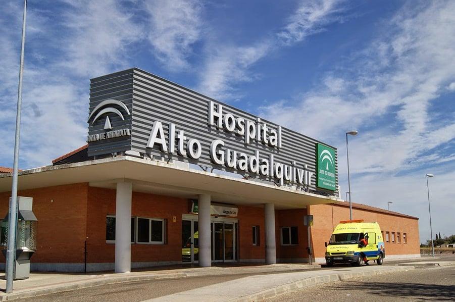 Trasladan a un niño al hospital tras caer de la ventana de una casa en Marmolejo