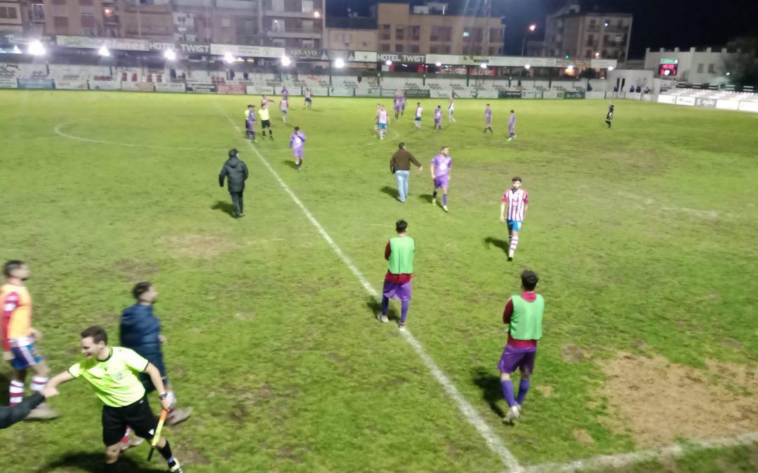 Andrés Rodríguez despide al capitán del Real Jaén en el túnel de vestuarios tras el partido en Torredonjimeno
