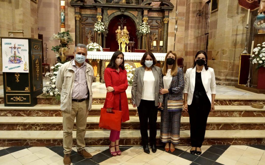 La joven escritora Espido Freire visita la parroquia de Santa María