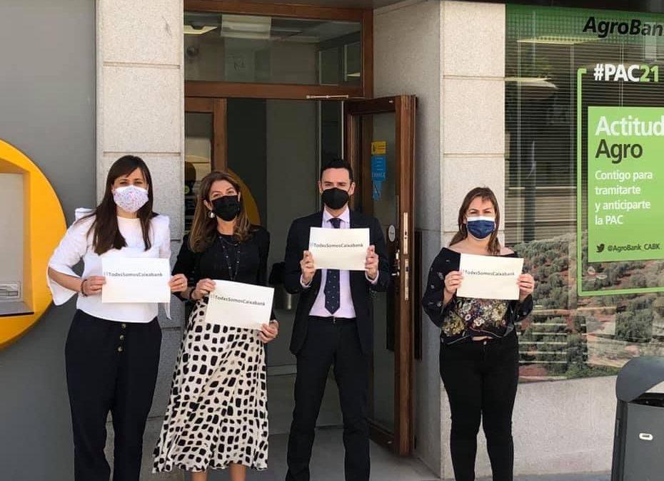 Trabajadores de La Caixa de Torredonjimeno protestan en las puertas de la entidad