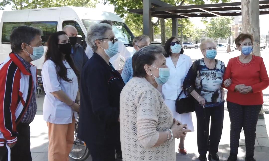 Usuarios de la Unidad de Estancia Diurna de Torredonjimeno visitan el Parque Municipal