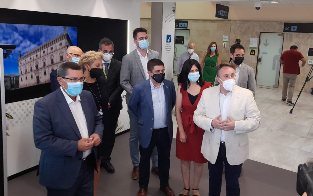 Las provincias de Jaén y Granada inauguran su nuevo punto de información turística en el aeropuerto Federico García Lorca