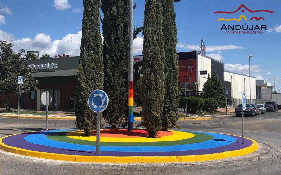 El Ayuntamiento de Andújar dedica una rotonda al colectivo LGTBI en la avenida de Estrasburgo