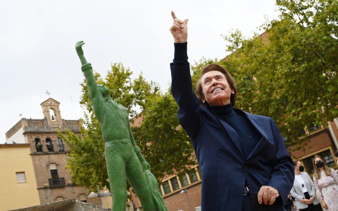 Raphael inaugura en Linares la estatua homenaje de su ciudad natal