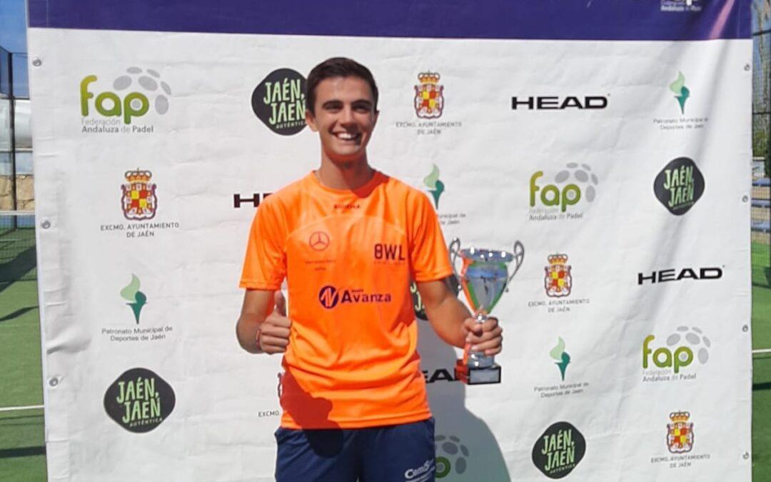 Javier Ureña, campeón provincial absoluto de pádel por equipos con el OWL Smart Club y con solo 16 años