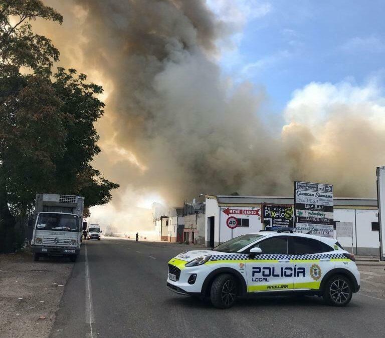 Un incendio en una nave de Andújar provoca daños en otras dos aledañas