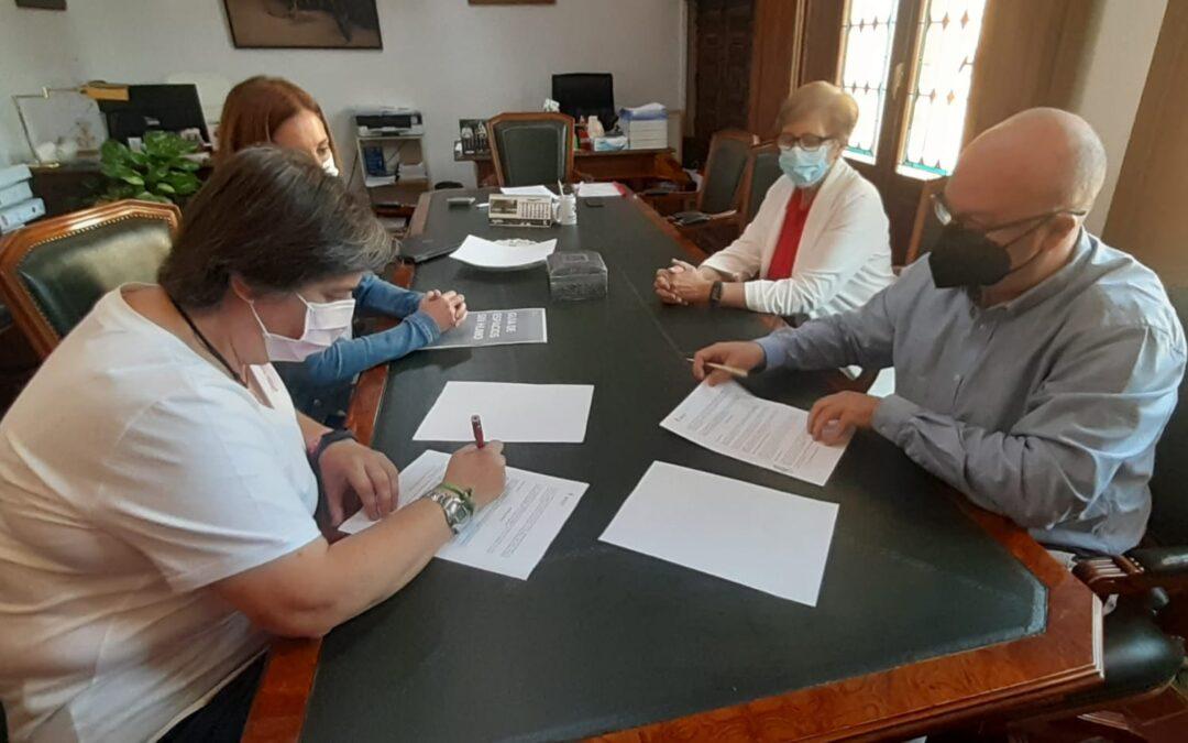 El Ayuntamiento y la Asociación Española contra el Cáncer firman un convenio que generará más espacios sin humos